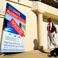 """North Sydney home sells for nearly $200,000 above reserve as interest rates push auctions to """"remarkable"""" high"""