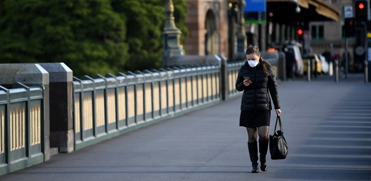 Woman-wearing-mask-in-Melbourne